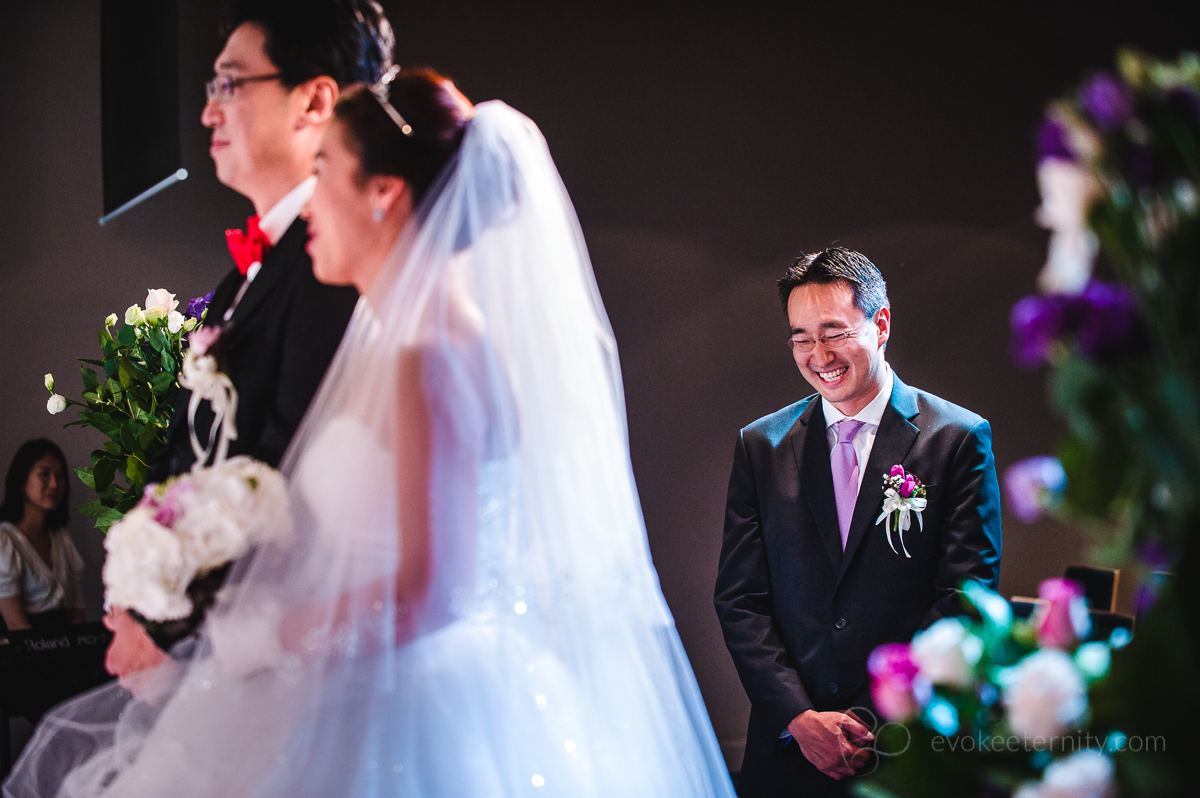The best man has a chuckle at a korean wedding in Hong Kong | Photography by Evoke Eternity (www.evokeeternity.com)